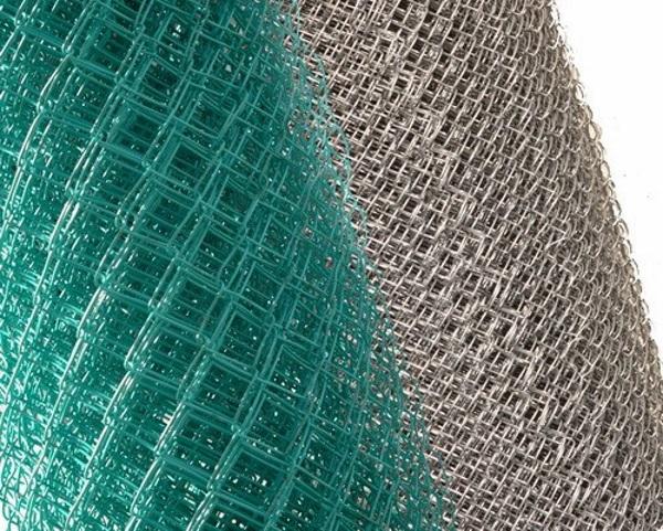 Чем отличаются заборы из сетки рабицы с полимерным покрытием от  оцинкованных | Статьи (сетка-рабица)